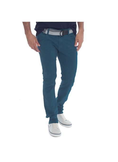 Calça sarja masculina azul junto com camiseta masculina preta é exemplo de look masculino básico harmonioso e equilibrado