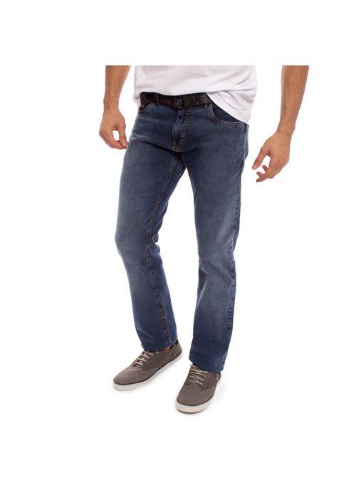Exemplo de look básico com calça jeans masculino  é usar calça jeans skinny com camiseta branca, cinto e sapatênis