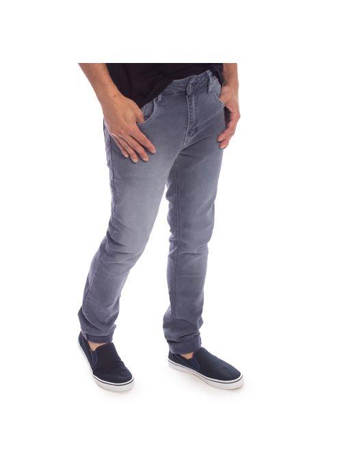 Calça sarja é um tipo de calça masculina que vale a pena comprar porque confere estilo a diferentes tipos de look