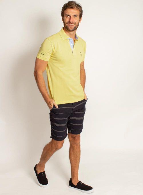 Camisa polo amarela com bermuda é um look de trabalho recomendado para Sexta Casual na empresa ou no home office