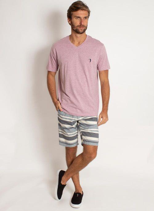 Outro exemplo de moda masculina minimalista é unir camiseta em tom pastel com uma bermuda xadrez em cores neutras junto com sapatênis preto