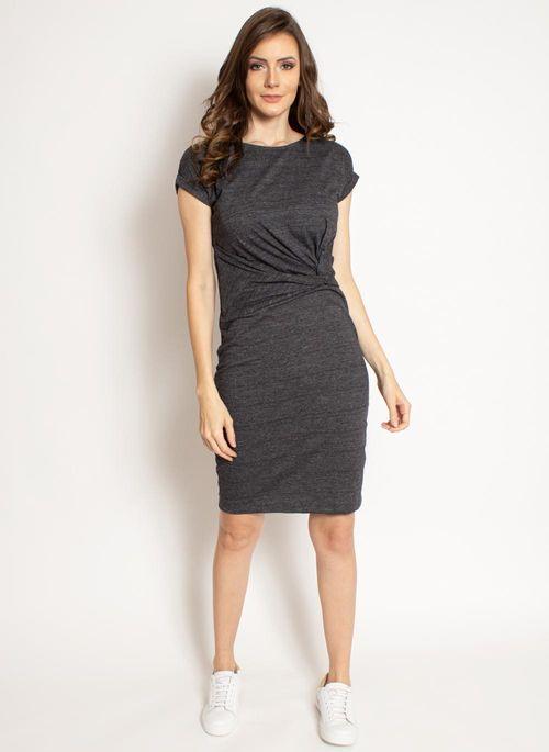 Vestido cinza com sapatênis branco é versátil, comfy chic e está dentro do estilo minimalista na moda