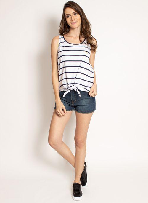 Regata feminina com nó por ser larguinha combina com short jeans feminino mais curtinho e justo resultando em um look básico casual para mulheres