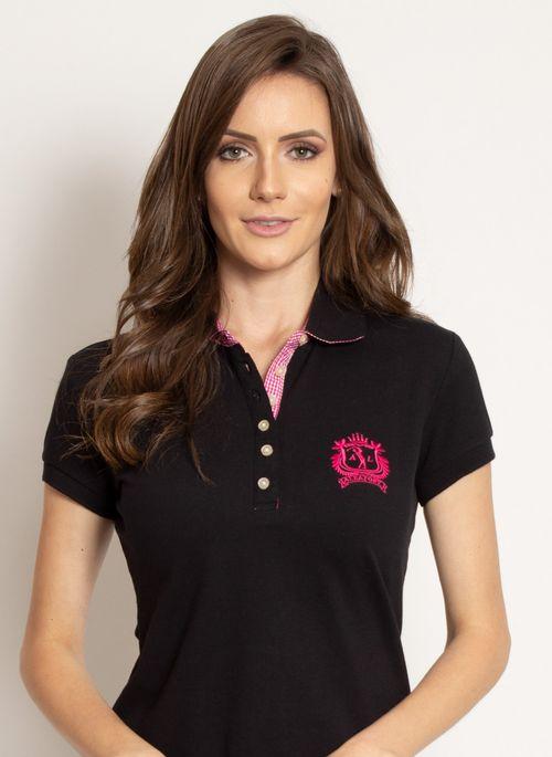 Clássica e neutra, com camisa polo preta no look é possível brincar com as cores no visual