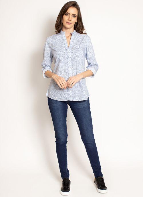 Para aderir a moda minimalista feminina é simples: basta usar calça jeans com camisa social com estampa minimalista