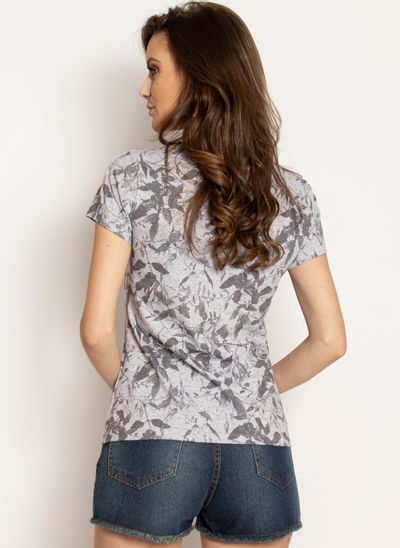 camiseta-aleatory-feminina-estampada-spring-cinza-modelo-2-