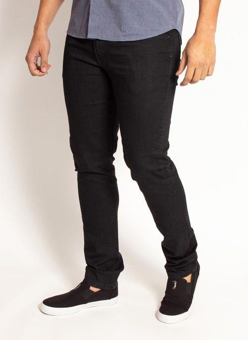 Calça jeans masculina skinny com camisa social cria um look básico e com caimentos equilibrados