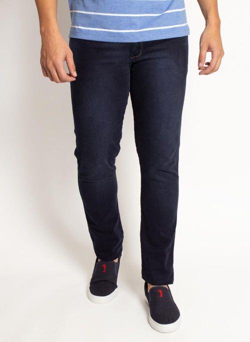 Calça jeans é um tipo de calça masculina versátil por isso vale a pena ter no armário sempre