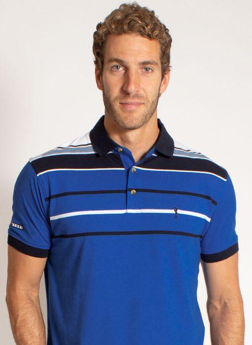 Camisa polo listrada é perfeita para usar com calça de alfaiataria lisa em cor neutra como cinza durante o home office