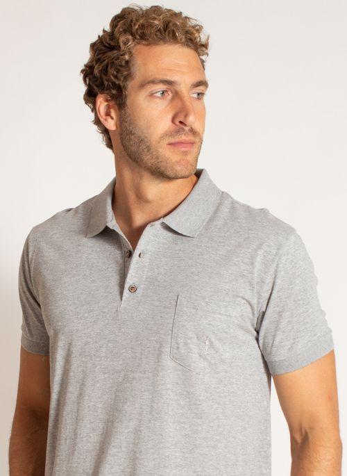 Camisa polo cinza é uma peça-chave no armário dos homens porque combina com qualquer outra peça