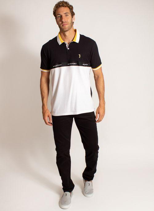 Calça jeans skinny com camisa polo é visual versátil para momentos casuais