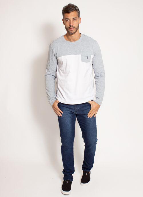 Camiseta de frio com calça jeans é um dos  looks masculinos de inverno mais versáteis e casuais.