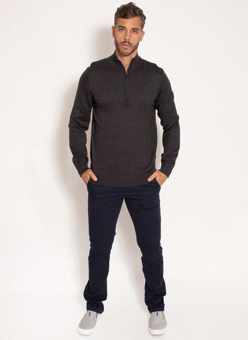 Calça jeans, camiseta básica e suéter masculino é look casual versátil e estiloso