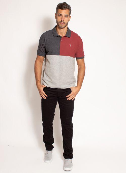 Uma dica de look masculino minimalista é camisa polo que reíune cor neutra  como cinza e primária como o vermelho junto com uma calça preta