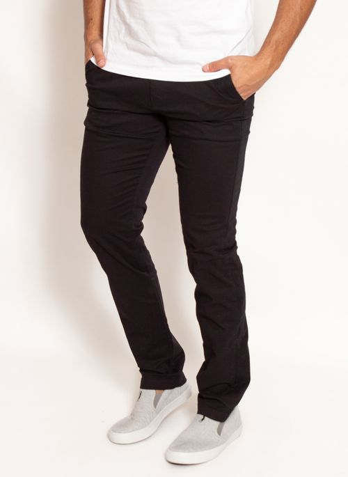 Calça sarja masculina é ótima opção para looks de trabalho que permitem um visual mais informal