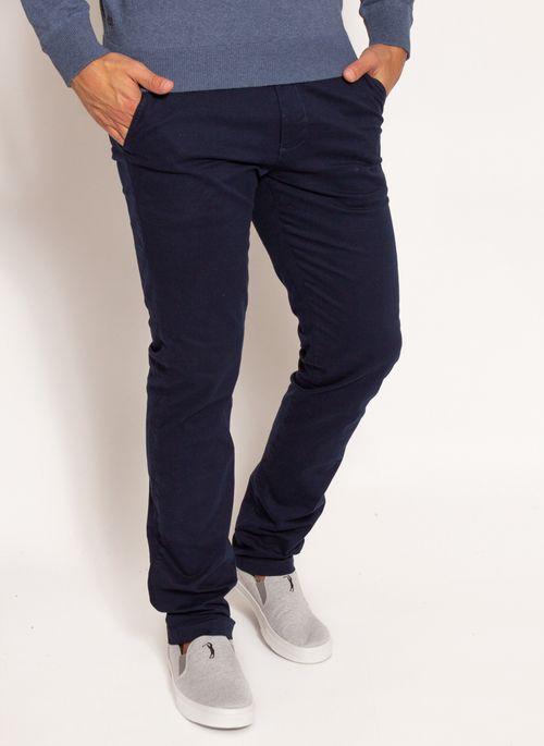 Calça Chino é um tipo de calça masculina que vale a pena ter em casa porque substitui o jeans nos looks