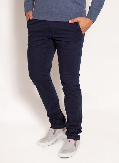 Calça azul masculina confere um toque moderno e estiloso ao look de trabalho