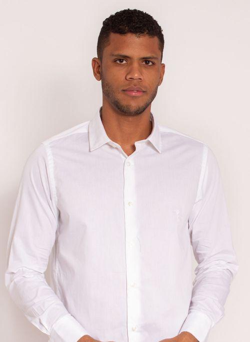 Camisa social branca é um ótimo exemplo de blusa de frio masculina versátil e elegante que pode ser usada em qualquer look masculino de inverno