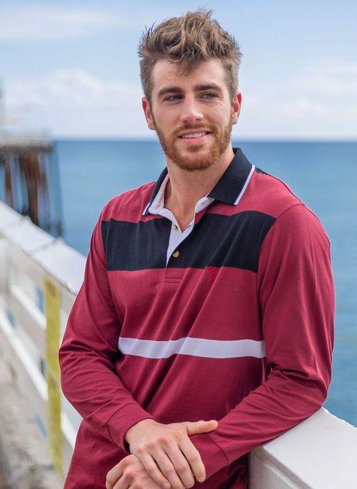 Camisa polo manga longa pode integrar elegantes looks masculinos de inverno com tênis e jeans