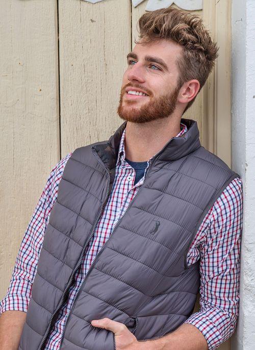Casaco de frio masculino  pode ir além do moletom ou jaqueta com sobreposições de camisa social manga longa, camiseta e jaqueta bomber