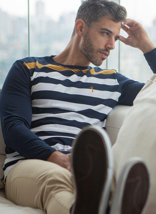 Camiseta masculina é uma ótima dica de presente para o Dia dos Pais porque  confere estilo aos looks casuais
