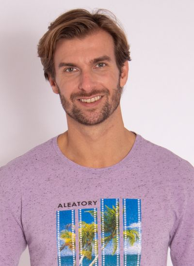 camiseta-masculina-aleatory-estampada-flim-roxa-modelo-1-