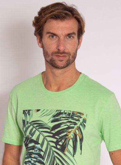 camiseta-masculina-aleatory-estampada-tropical-verde-modelo-1-