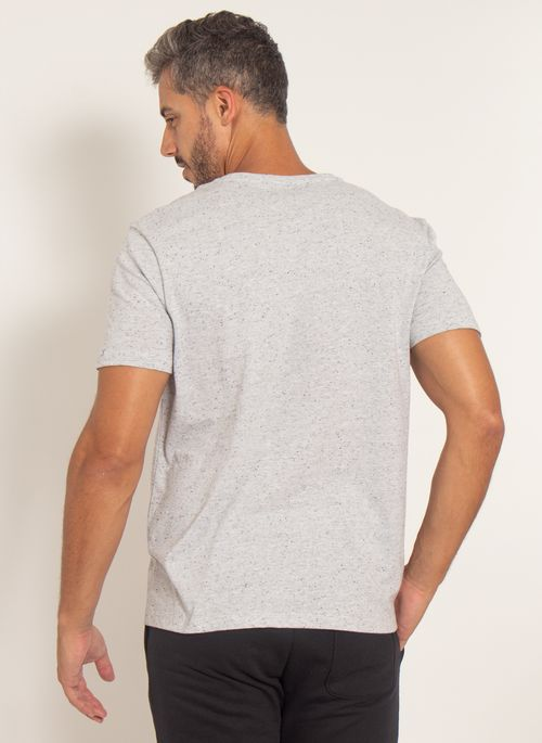 camiseta-aleatory-masculina-botone-com-bolso-cinza-modelo-2-